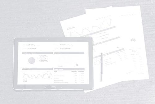 Schwarz-Weiß-Imagebild von einem Tablett und zwei Seiten, die Charts anzeigen.