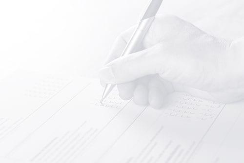 Schwarz-Weiß-Imagebild zeigt eine Hand, die einen Fragebogen ausfüllt